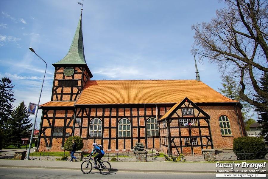 Piękny zabytkowy kościół drewniany w Stegnie