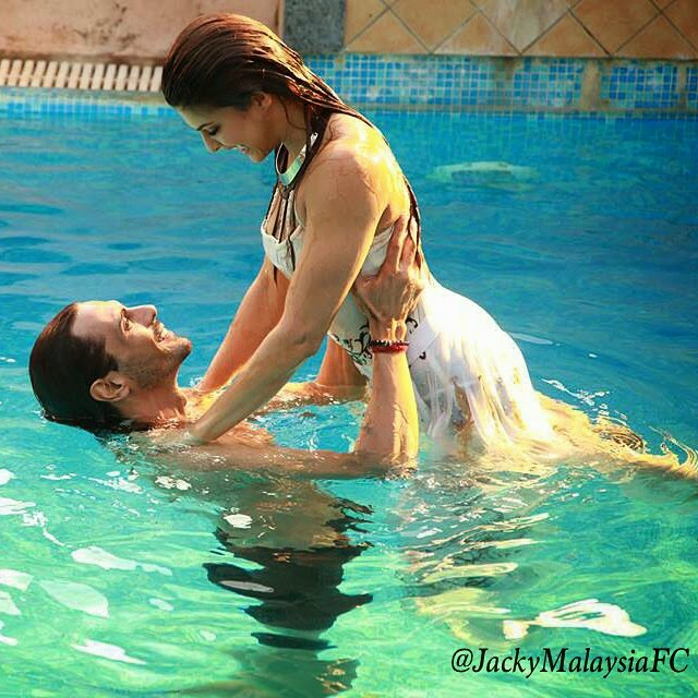 pic 2: photo stills jacqueline fernandez and arjun rampal in, Jacqueline Fernandez Hot Screen Caps From Boond Boond Song