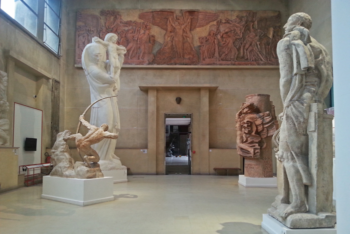 """Dans le grand hall du musée bourdelle, on aperçoit plusieurs plâtres monumentaux ayant servi pour les moulages en bronze. On reconnait """"la vierge à l'offrande"""", """"héraklès archer"""", le monument à Mickiewicz"""