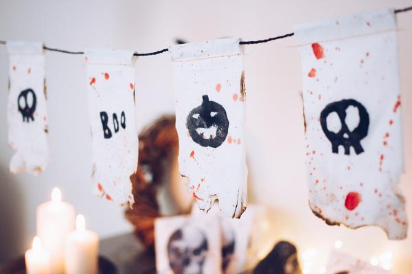 Do it yourself Halloween Dekoration: Anleitung für eine selbstgemachte Wimpelkette aus Tempo-Taschentüchern. Happy Crafting by titatoni.de
