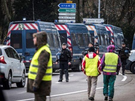 Chalecos amarillos resisten y vuelven a manifestarse en Francia