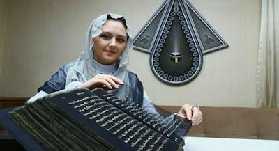 Subhanallah, Wanita Cantik Ini Tulis Al Quran di Sutra Selama 3 Tahun