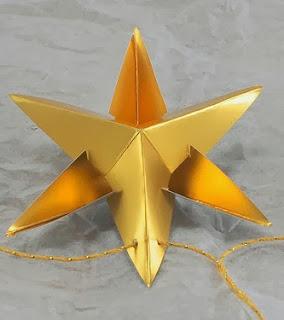 http://translate.google.es/translate?hl=es&sl=en&tl=es&u=http%3A%2F%2Fscissorsandspoons.com%2Fdiy-christmas-ornaments-paper-star-garland%2F