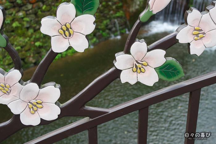 détail du décor d'un pont avec motif fleurs de sakura