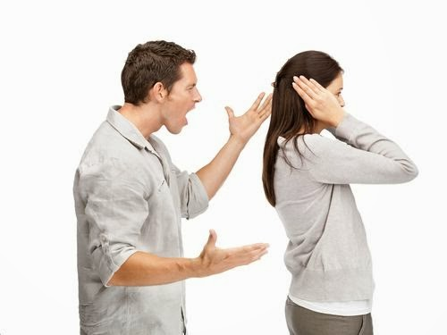 Ein streitendes Paar - die Frau hält sich die Ohren zu.