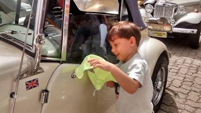 Antes do começo do passeio, o começo de uma paixão: o garotinho lustra o MP do papai.