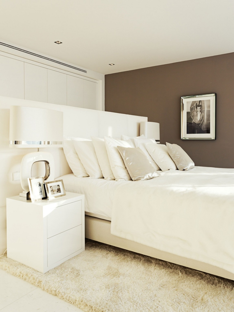 White bed in Modern Mansion Built On The Cliffs