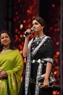 Keerthy Suresh in Black Saree Giving Speech at SIIMA Awards 2019 1
