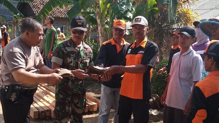 Danramil 18/Cilacap Utara Hadiri Gebrak Gotong Royong Kelurahan Mertasinga