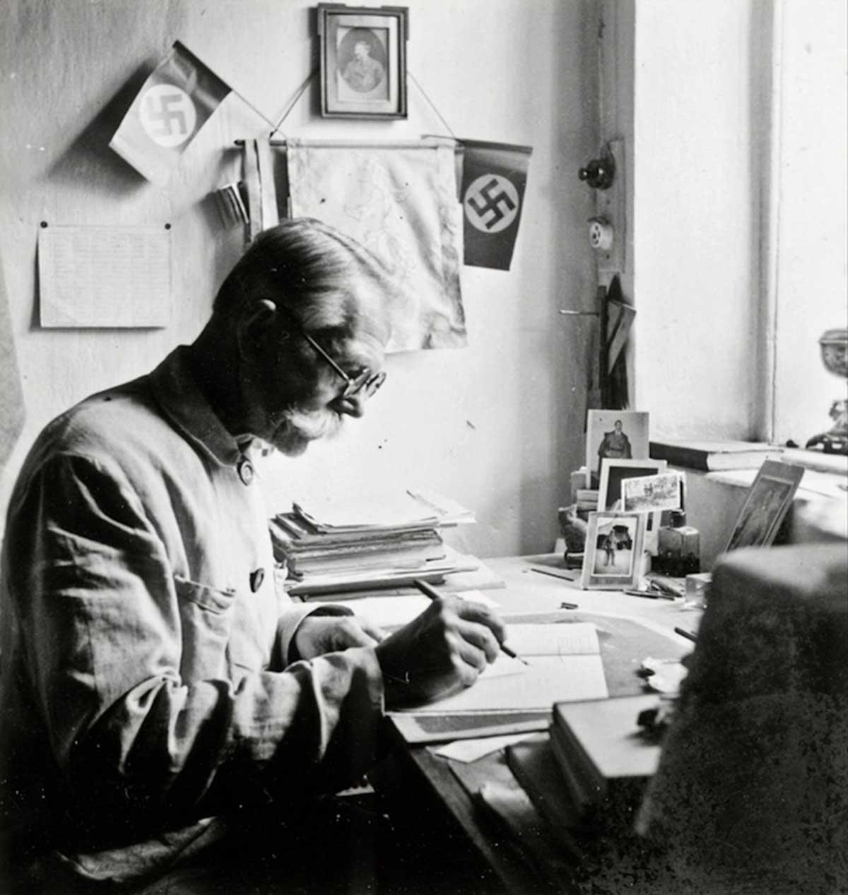 Profesor el Sr. Epp de una escuela de alemanes del Mar Negro en Blumengart. Asentamiento menonita de los colonos del este de Prusia al noroeste de la isla de Khortytsia. Colonia Chortitza cerca de Zaporizhia. 1943.