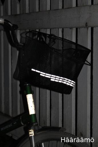 Heijastinnauhaa pyörän koriin