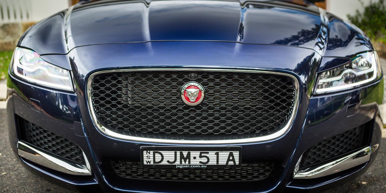 Giá Xe Jaguar Sedan 4 Chỗ XF đời mới nhất model 2019 tại việt nam bây giờ bao nhiêu tiền, Jaguar XF có mấy màu ngoại thất, hiện tại có trắng, đen, xanh, đỏ, xám giao ngay.