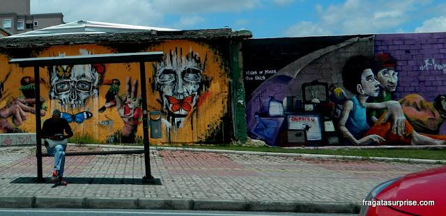 Grafites em parada de ônibus em Belo Horizonte