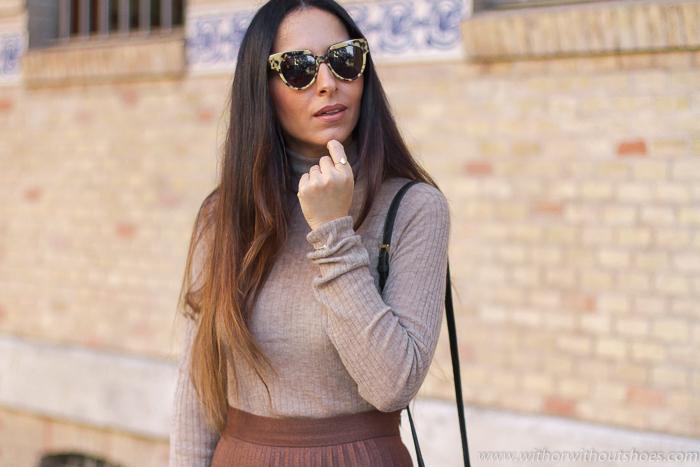 tendencias streetstyle Influencer blogger valencia con look urban chic comodo estiloso falda plisada botas altas AGL