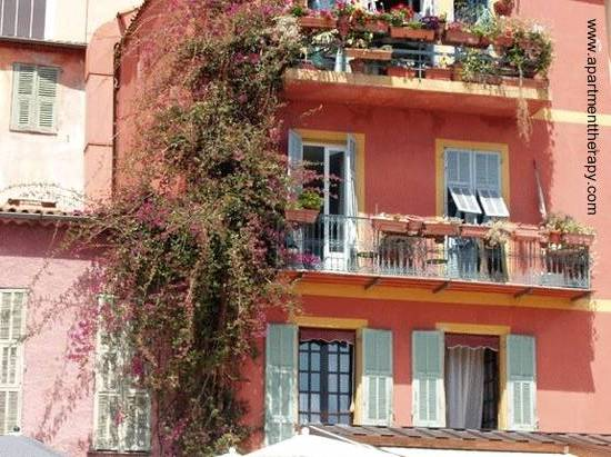 Sector de una fachada de edificio residencial en la Riviera, Francia