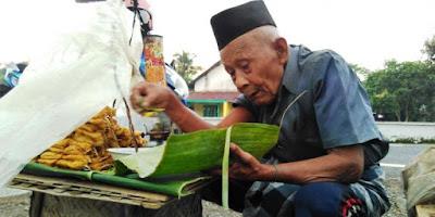 Sempatkan Baca ! Kakek 95 Tahun ini Berjualan Tahu hingga Dini Hari, Untung Hanya Rp 16.000