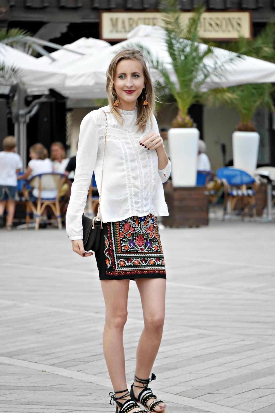 jupe brodée - blouse dentelle