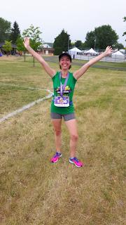 Coureuse souriante, médaille, Demi-Marathon des Vignobles, champ