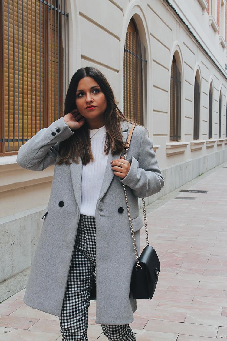 Outfit pantalón de cuadros vichy abrigo gris