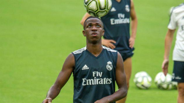 Terlibat Cekcok, Bartra Sebut Vinicius Tidak Layak di Madrid