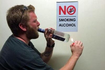 Lustiger Mann raucht Alkohol - Spaßbilder Warnschild