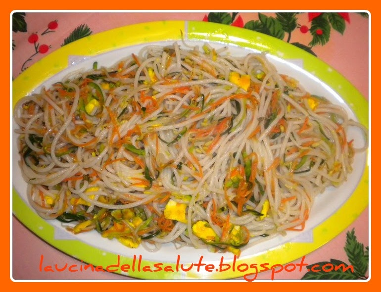 La cucina della salute Spaghetti di riso saltati con verdure