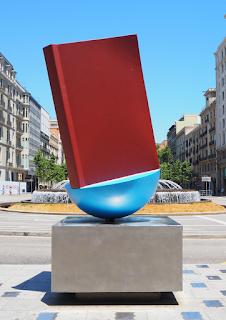 Homenatge al Llibre : un poema corpori o poema urbà de Joan Brossa (Barcelona) per Teresa Grau Ros