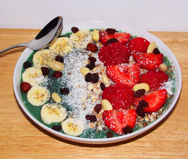 spirulina green smoothie bowl