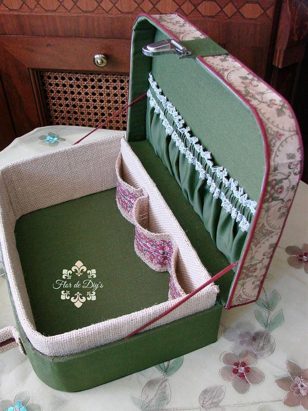 vista-interior-maleta-vintage-de-cartón-y-tela-flor-de-diys