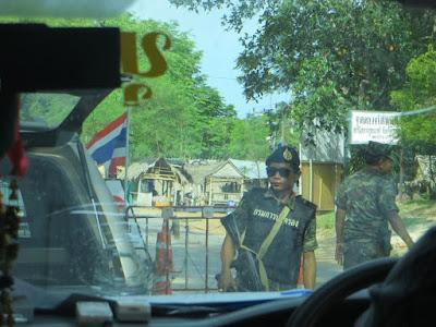 Проверка машин на границе в Малайзию