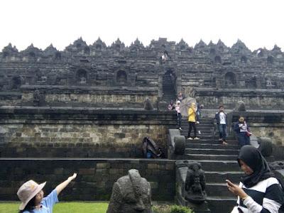 Pintu Masuk dan Bangunan Candi Borobudur