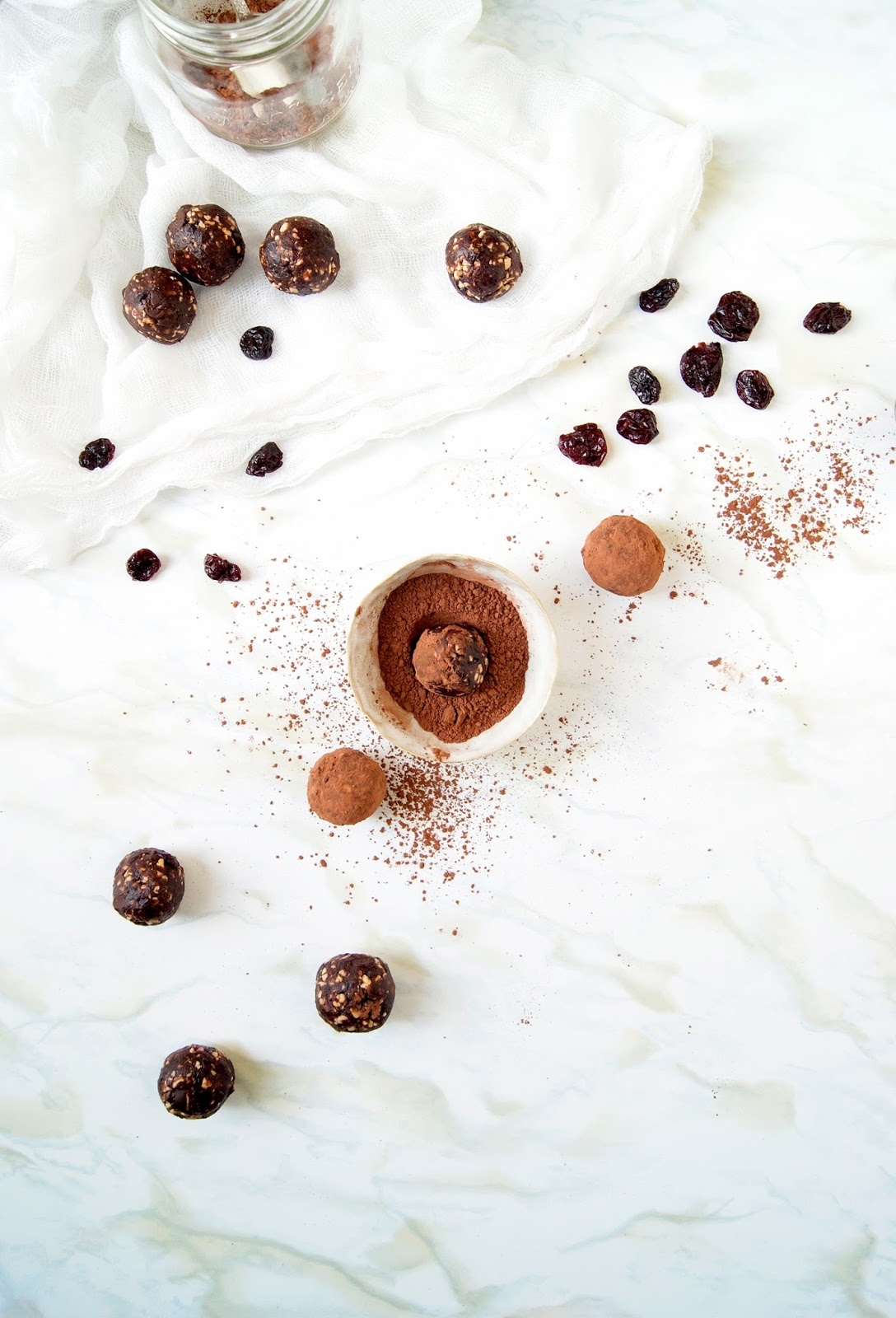 These raw & vegan chocolate cherry energy bites are made with dates, cacao, dried cherries, and cashews. They taste like the old school dessert but they're super healthy & perfect for quick snacks.