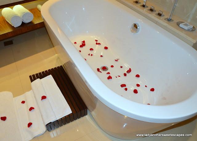 bathroom at JW Marriott Marquis Dubai