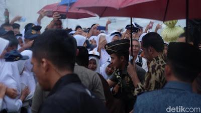 Pegang Payung Sendiri, Presiden Jokowi Ladeni Permintaan Foto Para Siswa - Info Presiden Jokowi Dan Pemerintah