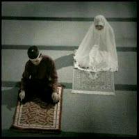 Bolehkah Perempuan  Mengikuti Imam yang Bukan Mahramnya?
