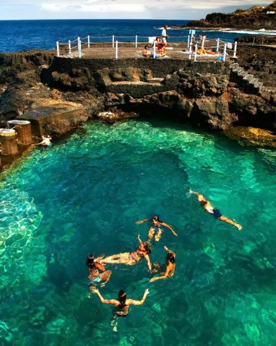 Piscinas naturales charco azul y la fajana isla de la for Piscina natural gran canaria