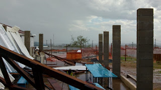 Os ventos fortes derrubaram as telhas da escola da Vila São João