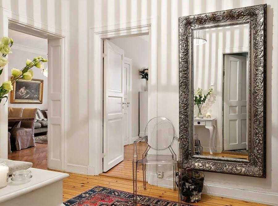 Mieszanka stylów w palecie szarości, wystrój wnętrz, wnętrza, urządzanie domu, dekoracje wnętrz, aranżacja wnętrz, inspiracje wnętrz,interior design , dom i wnętrze, aranżacja mieszkania, modne wnętrza, przedpokój, lustro, krzesło, plastikowe krzesło, nowoczesne krzesło