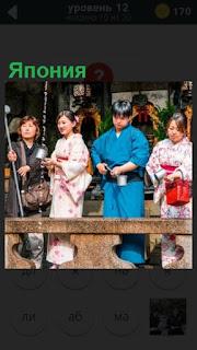 традиция в Японии, люди в национальной одежде собирают воду стекающую с крыши