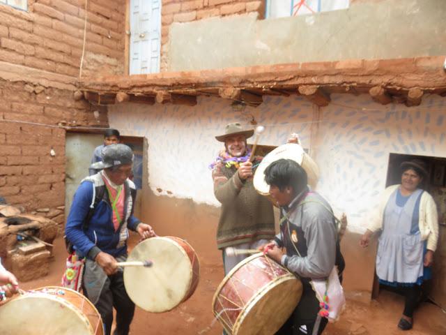 Tanzen mit den Trommeln und kehlige Lieder in quetua sind Teil des Karnevals in Esmoraca und Umgebung