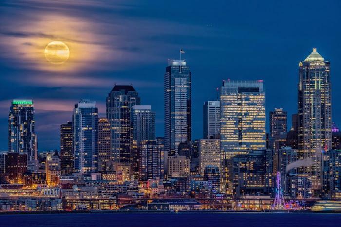 Mặt Trăng thật nổi bật trên bầu trời đô thị Seattle, Washington được chụp bởi Gary Peltz.