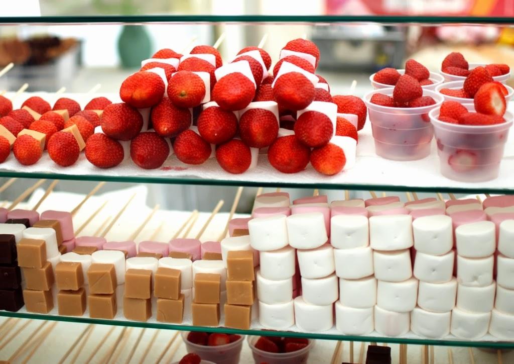 local de venta de fruta bañada en cascada