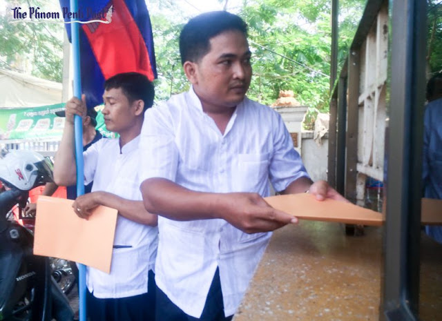 Representatives of the Victory Intellectualist Standard Association deliver a petition to the National Assembly in Phnom Penh yesterday. Mech Dara
