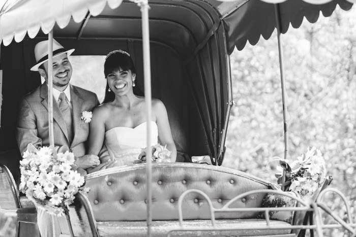 casamento-vale-verde-noivos-carruagem