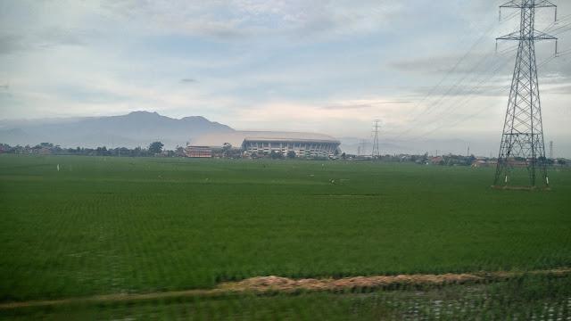 pemandangan dari dalam kereta api