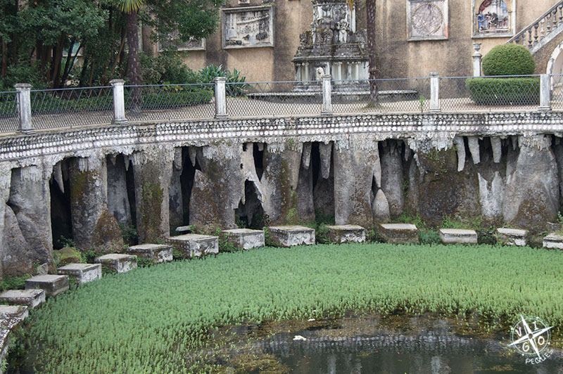 Lateral del estanque del retiro con grutas