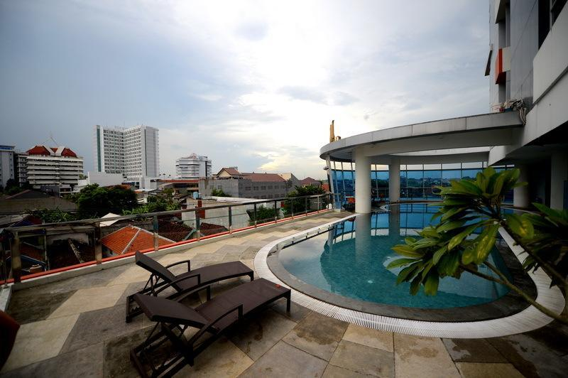 Kolam renang High Point Serviced Apartment Surabaya Selatan