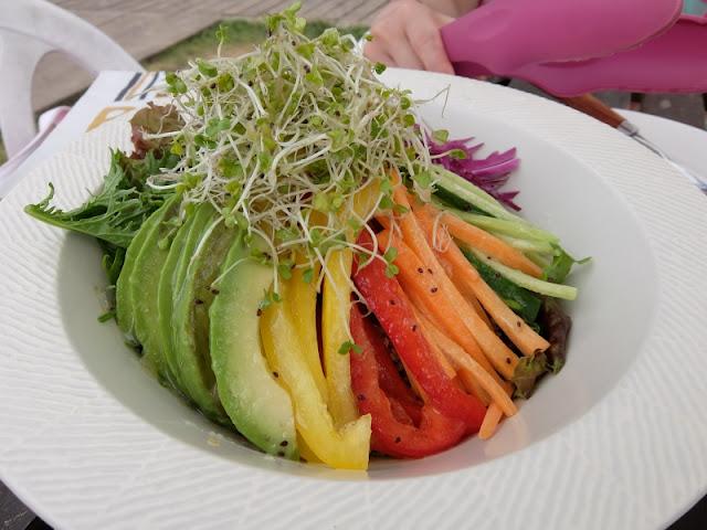 surfers cafe で注文したサラダの写真です。