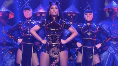"Nicki Minaj canta ""Chun-Li"" e ""Poke It Out"" no Saturday Night Line."