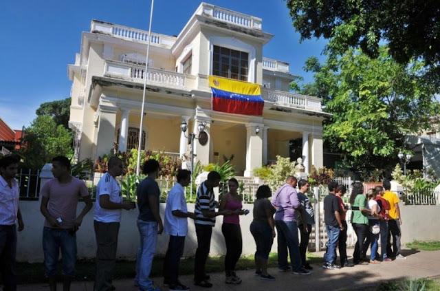 Venezolanos compran dólares y venden baratijas en Cuba para sobrevivir